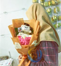 buket-bunga-mawar-boneka-wisudah
