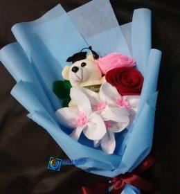 buket-bunga-mawar-lili-boneka-wisuda
